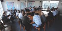 Chaque semaine, Erik Monjalous fait un point sur l'activité commerciale lors de la conférence de rédaction qui réunit les chefs de services de l'agence.