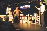 Des comédiens mettent en scène le quotidien des DSI présents dans la salle, venus voir un spectacle plein d'humour.