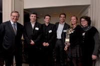 Francis Petel, membre du comité exécutif des DCF (à gauche), a remis le trophée à l'équipe de l'agence Tikka/Le Public Système MICE.