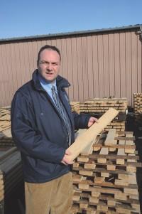 Passionné de bois, Albin Petiteaux sait exactement lequel utiliser en fonction de la qualité du vin.