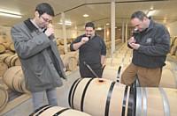 Alban Petiteaux visite le Domaine de Grollet et déguste le millésime 2008 avec Eric Jaunet, maître de chais (au centre) et Andreï Prida (à g.), oenologue commercial chez Seguin Moreau.