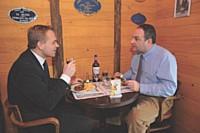 Pour discuter d'un partenariat, Alban Petiteaux déjeune avec Jérôme Durand (à g.), directeur marketing du Bureau national interprofessionnel du cognac.