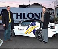 Arnaud Le Balch (à droite), chargé d'affaires au sein d'Athlon Car Lease, avec un client au moment de la remise des clefs de la Tesla électrique.