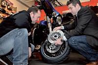 Auprès d'un passionné de belle mécanique, Philippe Roekhaut fait la démonstration de l'excellence de son matériel.