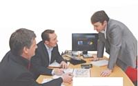 Frédéric Vaché fait le point avec ses deux directeurs nationaux des ventes.
