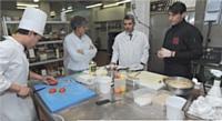 Une future création culinaire implique une séance de brainstorming. Ici, Christophe Renard avec Christophe Colombel, responsable cuisine froide, Nathalie Gouband, responsable marketing, et un cuisinier.