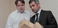 Christophe Renard s'entretient avec Eric Buge, directeur des achats, pour commander les matières premières.
