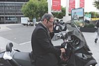Avec son scooter, le directeur commercial rejoint plus rapidement le Palais des congrès rejoint plus rapidement le Palais des congrès depuis le Parc des expositions de Villepinte.