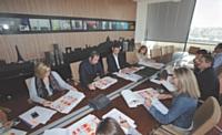 Avec son équipe de commerciaux et les responsables planning, Laurent Chiron établit le calendrier des salons et autres manifestations des deux ou trois années à venir.