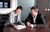 Grégoire Basquin, directeur des ventes de Wincor Nixdorf France, en réunion avec sa commerciale, Barbara SarreDeroubaix.