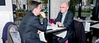 Le directeur de Business Solutions et le responsable projets discutant de la création d'un nouveau centre de congrès.