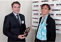 Jean-Loup Savigny s'est vu décemer le trophée d'argent par Yvelise Lebon, directrice de l'unité marketing et commercial de Cegos.