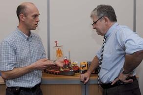 Avec Jean-Michel Bougault, directeur des opérations, le directeur commercial se penche sur les questions de logistique.