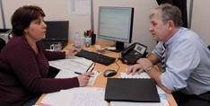 Nadia Laidin, responsable de l'administration des ventes, échange avec Erick Billiemaz sur les litiges clients.