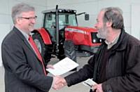 Jean-Michel Jonette avec Philippe Guérard, fidèle client de Massey Ferguson.