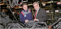 Jean-Michel Jonette aux côtés de Boussad Bouhaouli, directeur de l'usine de Beauvais.