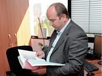 Mario Pilato consulte les statistiques, secteur par secteur.