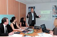 Mario Pilato présente des projets de l'entreprise à des collaborateurs.