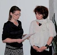 Corinne Gautier (à droite) reçoit son diplôme des mains de la directrice de l'Ecole de coaching de Paris, Béatrice de Montabert.