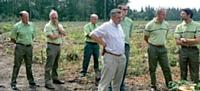 Sébastien Gendry et d autres cadres de l' ONF inaugurent une plantation de 7 500 chênes avec leur mécène: Rémy Martin (au centre).