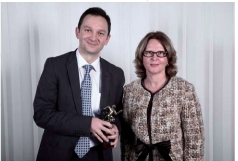 Marc Pontet (La Poste) a reçu son trophée des mains d'Annick Allegret, directeur de l'activité conseil et formation en entreprise de Cegos.