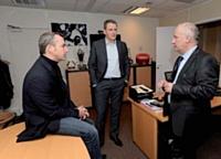 Bruno Blahic fait le point avec ses managers commerciaux, Marc Boisson (à gauche) et Sébastien Ross (à droite).