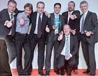Manuel Million (photo de gauche), vainqueur du concours, a reçu le soutien de l'équipe commerciale d'Alsace-Lorraine et du top management de Konica Minolta (photo de droite).