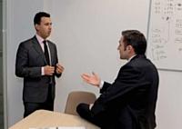 Avec Mohamed Zerrouki, responsable supply chain, Jean-Denis Perche se penche sur les problèmes de disponibilité des pièces.