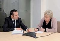 Catherine Dumoutier, responsable relations presse, fait le point avec le directeur commercial et marketing.