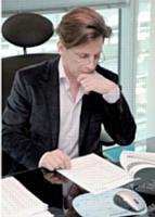 Carlo Olejniczak relit les plans de développement de chaque client pour identifier son potentiel commercial.