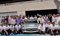 En compagnie des équipes de Mercedes, clients et prospects, encadrés par des pilotes professionnels, expérimentent la conduite sportive.