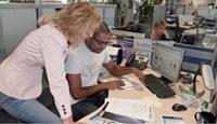 Frédérique Mavre, ingénieur commercial grands comptes publics, supervise le travail de Ludovic Binette, étudiant en alternance.