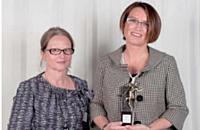 Sophie Saguez (Ricoh) s'est vu remettre son prix par Annick Allegret, directeur de l'activité conseil et formation en entreprise de Cegos.