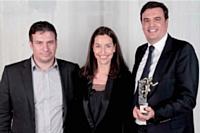 Stéphane Kusic (Clear Channel France) s'est vu décerner son prix par Pierrick Briand, président du groupe Rhinos, en compagnie de Stéfanie Moge-Masson (Action Commerciale).
