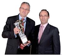Arnaud Barral, directeur des ventes du groupe Volkswagen, a reçu son prix des mains de Cyril Kovarsky, directeur commercial France du marché entreprises chez Orange Business Services.