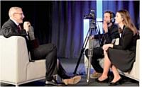 Arnaud Barral répond aux questions de Laure Tréhorel devant la caméra de Mathieu Pujol, cameraman indépendant.