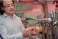 Eric Carratu, responsable de clientèle chez Heineken Entreprise, propose à ses clients une démonstration du geste juste pour servir la bière.