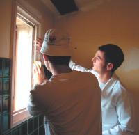 Ghislain Gonon (à droite) délivre des conseils aux particuliers qui souhaitent repeindre eux-mêmes leur intérieur.