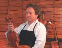 René Gramy est devenu, après 37 ans de métier, un artisan qui fait rêver, un docteur des violons.