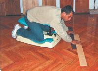 Fouzi Meferak a inventé le Rapid' pose pour poser du parquet sans souffrir de maux de dos.