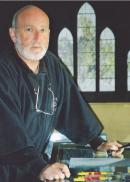 Le maître/verrier Claude Baillon a été plusieurs fois récompensé pour son travail de création de vitraux.