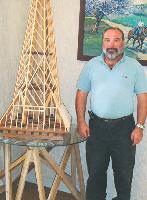Lors des Coulisses du bâtiment, Jean-Michel Kozuck s'aide de maquettes pour présenter son travail de charpentier à des élèves.