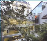 Vue du jardin Les angles vitrés ont été réalisés à l'aide d'un double-vitrage à bord décalé.
