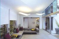 Domotique Le séjour, au rez-de-chaussée, est ouvert sur la cuisine, qui regroupe tous les éléments de domotique moderne (pilotage centralisé de la consommation énergétique, de la lumière, etc.). L'îlot central est réalisé en Corian, un matériau signé DuPont.