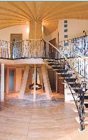 Une unique cheminée centrale Cinq à six stères de bois par an suffisent à chauffer un Domespace de 7,20 m de rayon, à Bordeaux.