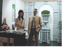 Marc Rouina et son interprète lors du salon international IHDD de Shanghai posent devant l'une des réalisations de l'artisan.