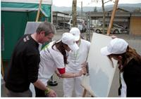Philippe Combaz (à gauche) a recruté deux apprenties pour promouvoir la filière de la peinture sur un salon.