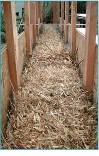 Double ossature L'ossature en bois est en fait double: une interne et une externe qui sont espacées de la largeur d'un ballot de paille. La paille utilisée est celle de seigle, de blé, de tritical (mélange blé/avoine ou blé/orge), voire même de lavande. Le foin est à proscrire car il se décompose.