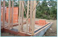 Prévention de l'humidité Les fondations sont constituées d'un petit muret en brique, dans le cas d'un terrain sec. Le mur de soubassement est couvert d'un feutre bitumeux, qui coupe la remontée de l'humidité par capillarité.