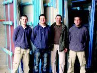 Jean-Pierre Turies (2e en partant de la droite) entouré de ses trois salariés à plein temps qu'il fidélise grâce une politique RH dynamique.
